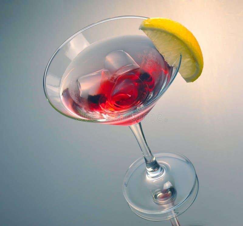 与冰的红色马蒂尼鸡尾酒鸡尾酒 库存照片