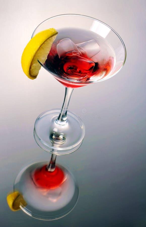 与冰的红色马蒂尼鸡尾酒鸡尾酒 库存图片