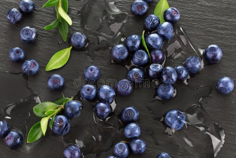 与冰的蓝莓在板岩桌上 库存图片