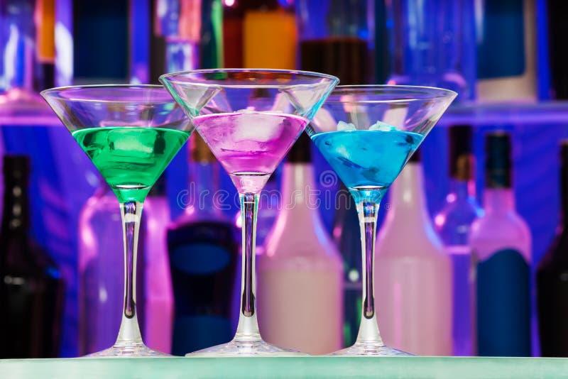 与冰的许多酒精饮料在酒吧 免版税库存照片