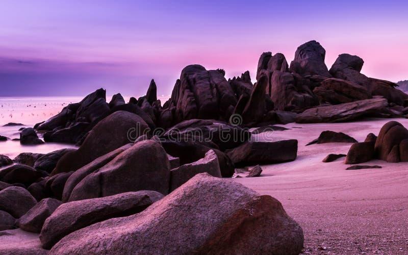 与冰砾、海滩和紫外颜色的自然海景在日出前 库存图片