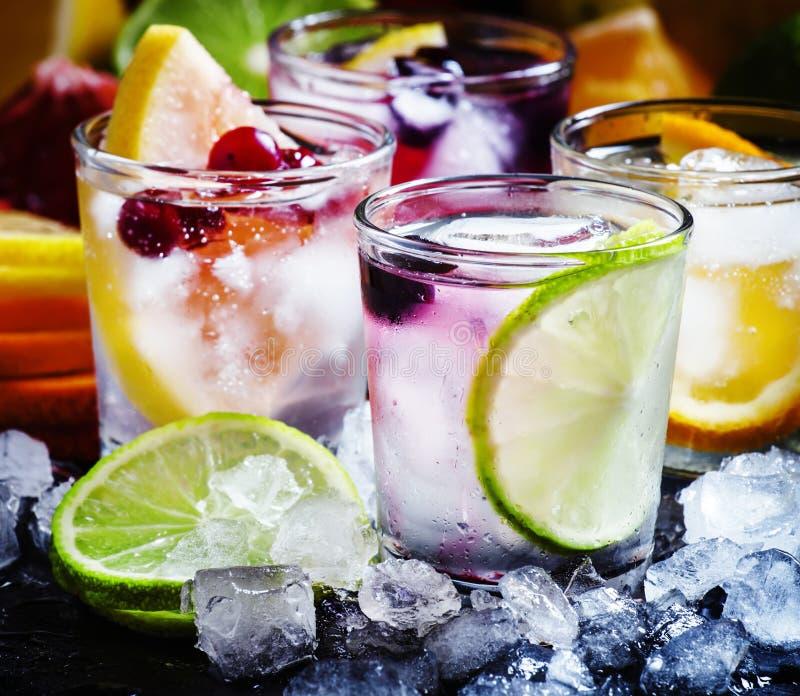 与冰,选择聚焦的冷的柑橘水 免版税库存图片