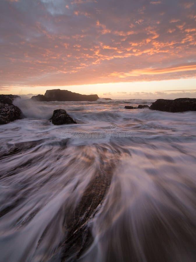 与冲的波浪的加利福尼亚日落 库存图片