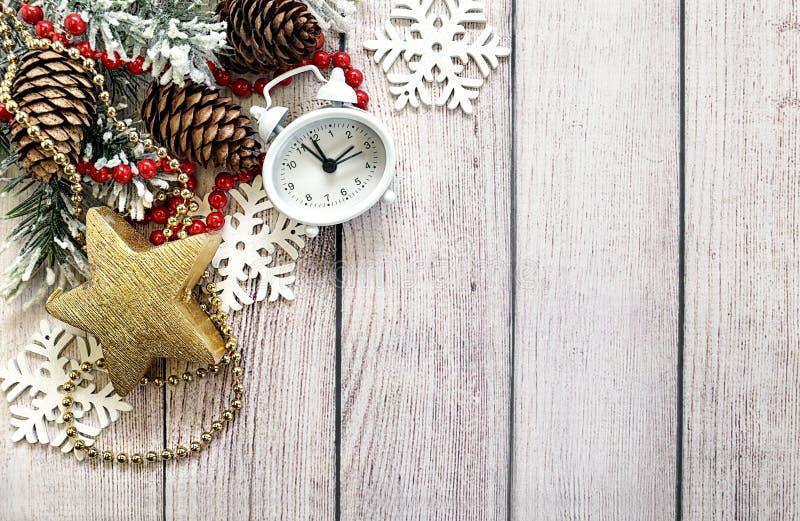 与冷杉分支、时钟和圣诞节属性的圣诞节构成 免版税库存图片