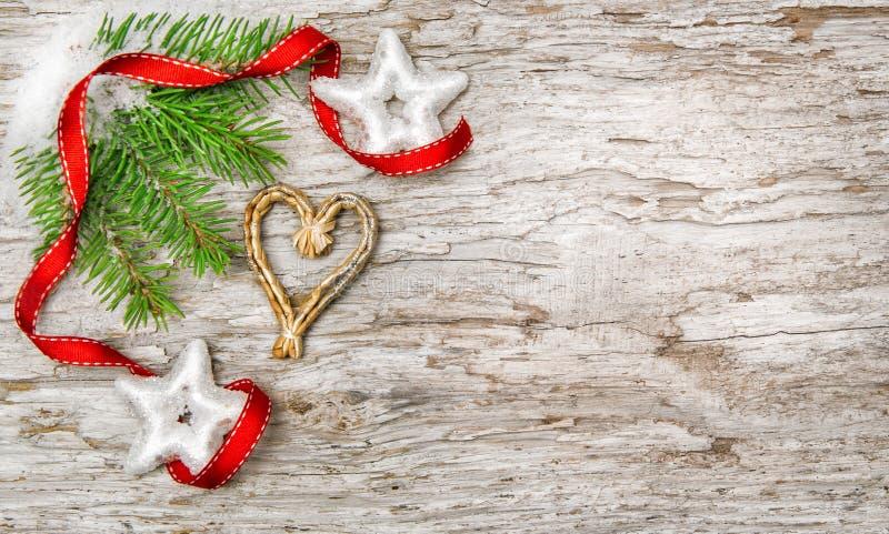 与冷杉分支和丝带的圣诞节背景 图库摄影