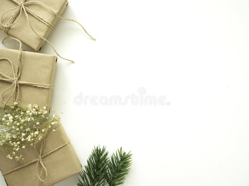 与冷杉分支的圣诞节礼物在白色背景,寒假概念 免版税库存照片
