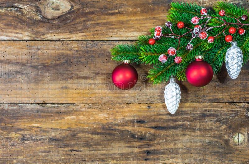 与冷杉绿色和圣诞节装饰品的木背景 库存图片