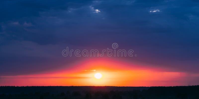 与冷的蓝色和温暖的黄色和渔郎颜色的美丽的日出早晨天空 免版税库存图片