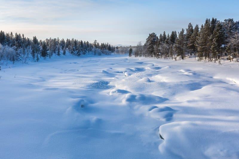 与冻河的冬天风景在芬兰 免版税库存照片