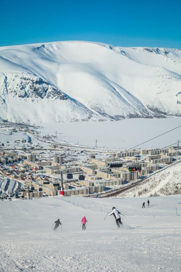 与冻湖的冬天山在俄罗斯, Khibiny,科拉半岛 免版税库存图片