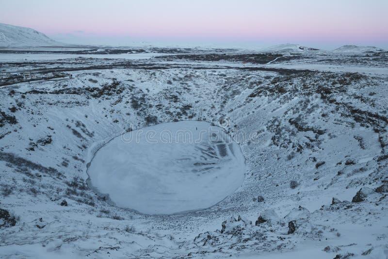 与冻火山的湖的庄严冰岛风景 免版税库存图片