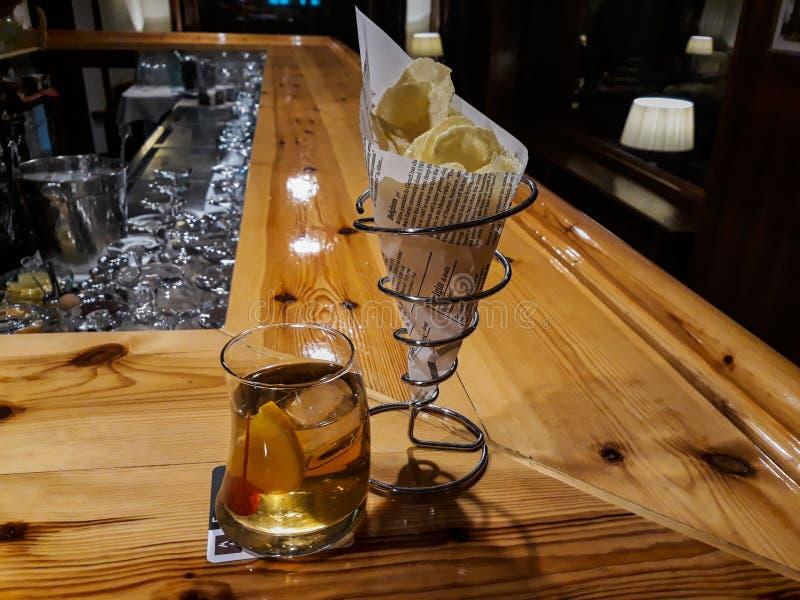与准备服务准备的陶器的内部酒吧图象和的玻璃和的玻璃 库存照片