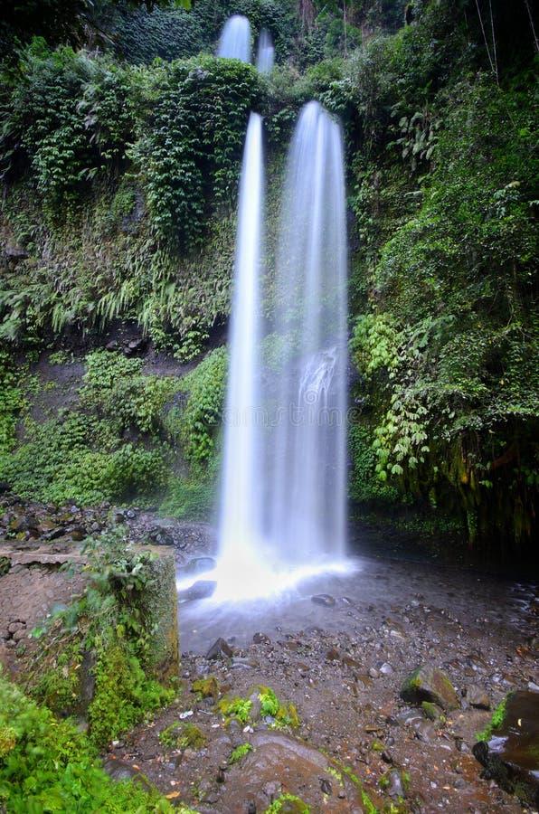 与凉快的空气和绿色风景的层状水流量是吸引力您能享用,当您参观Sendeng Gile瀑布时 库存照片