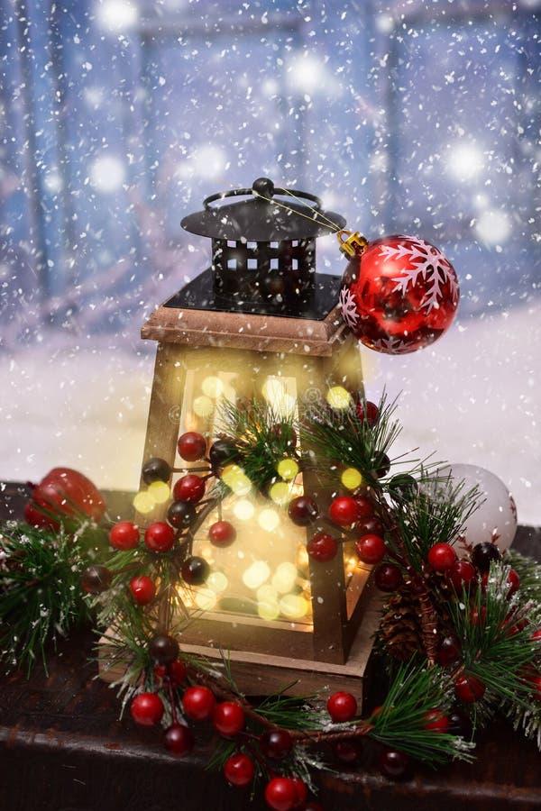 与减速火箭的样式灯笼的圣诞节装饰 免版税库存图片