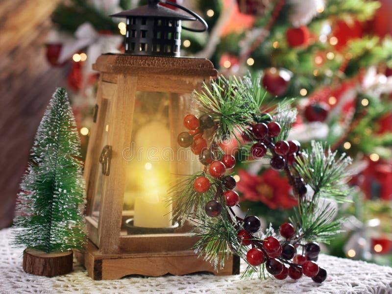 与减速火箭的样式灯笼的圣诞节装饰 免版税库存照片