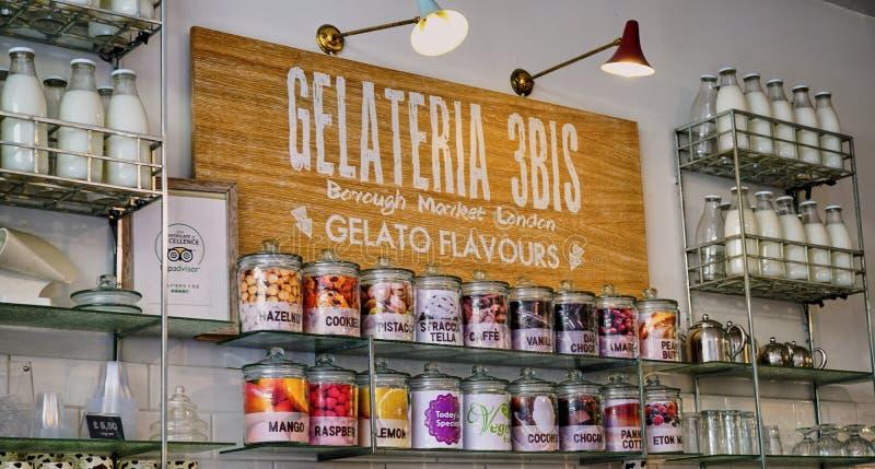 与减速火箭的牛奶瓶的邀请的Gelato商店显示 库存照片
