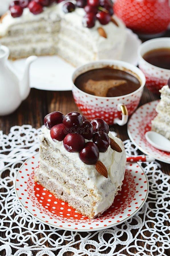 与凝乳奶油的罂粟种子蛋糕 免版税图库摄影