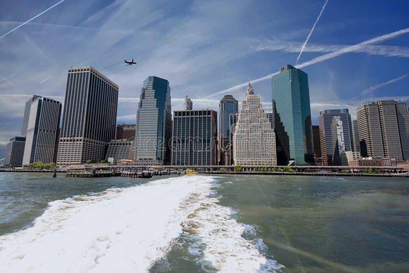 与凝结尾迹的纽约特写镜头和飞机和fe 免版税库存图片
