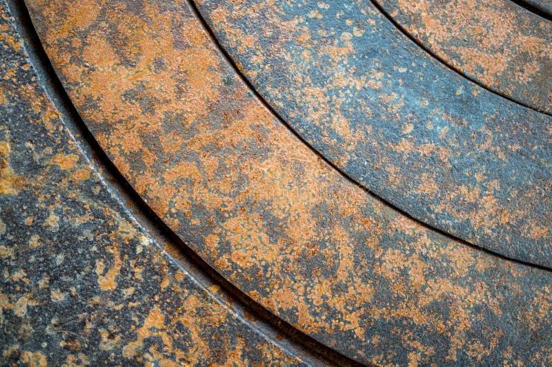 与几何孔的抽象金属背景在圈子和纹理铁锈橙色棕色与斑点 水平 免版税库存图片