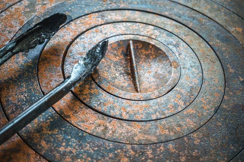 与几何孔的抽象金属背景在圈子和铁锈构造橙色棕色与斑点 选择聚焦 图库摄影