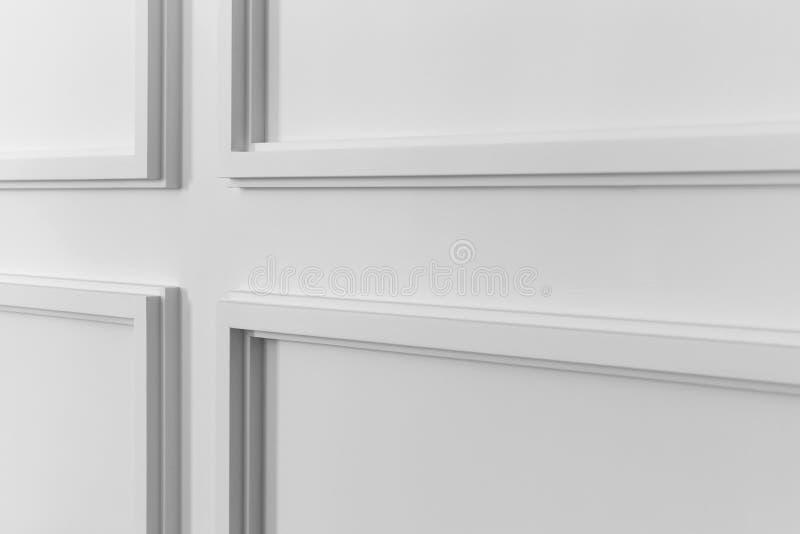 与几何形状和尽头的白色墙壁造型 免版税库存图片