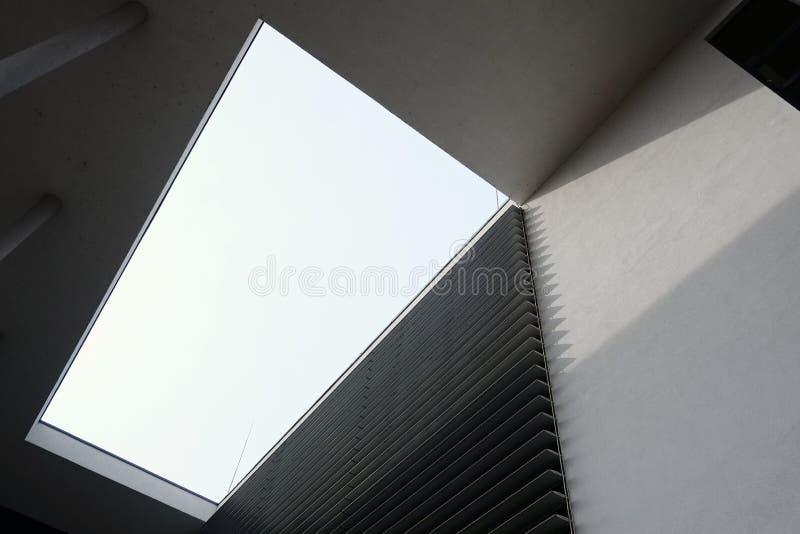 与几何形状的现代大厦建筑学 免版税库存照片