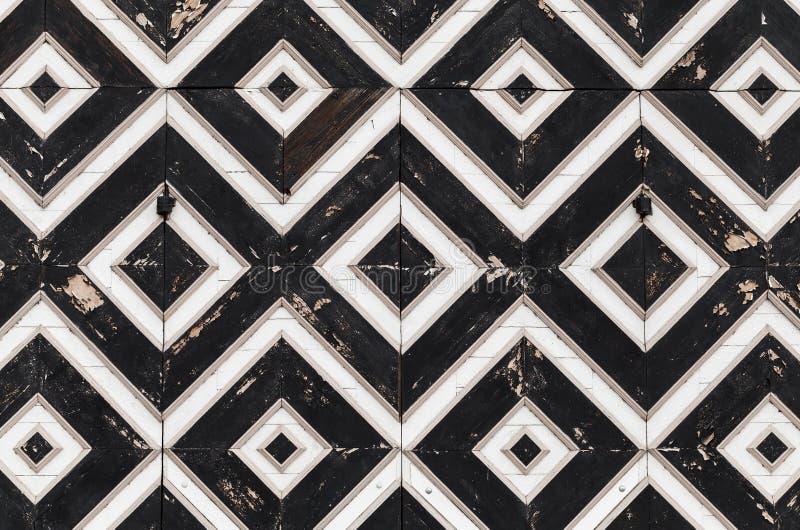 与几何样式的木门片段 免版税图库摄影