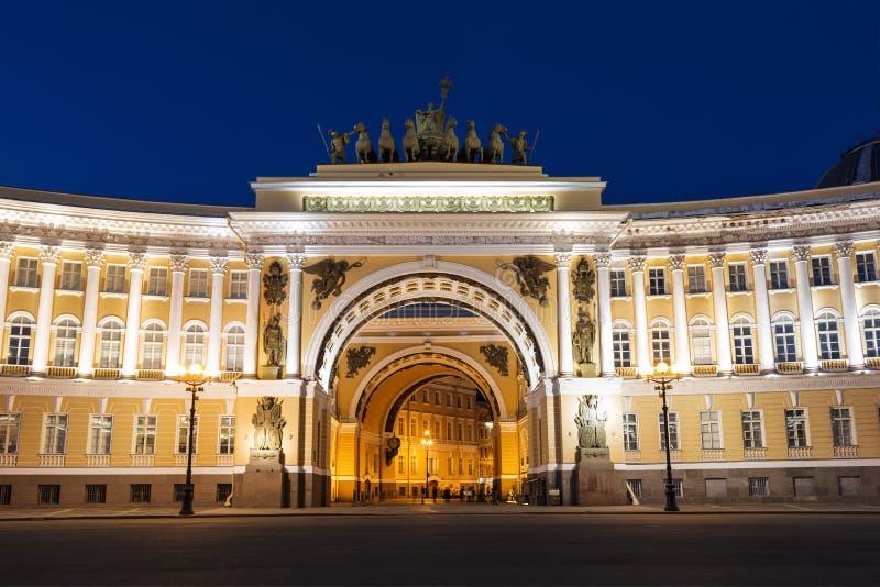 与凯旋门的总参谋部大厦在晚上 宫殿正方形,圣彼德堡 图库摄影