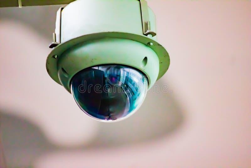 与凸起闭路的televesion照相机的一个黑圆顶的白色CCTV立场 免版税库存图片