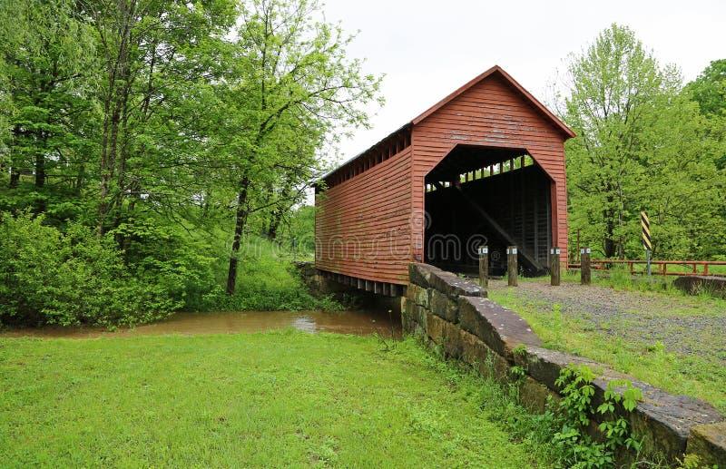 与凹痕奔跑的风景被遮盖的桥,1889 免版税库存图片