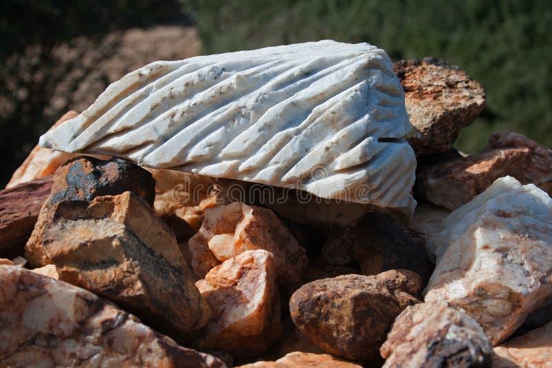 与凹线的白色岩石 库存照片