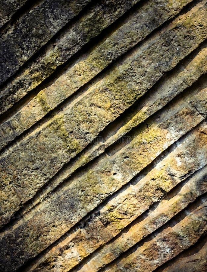 与凹线的砂岩岩石 库存图片