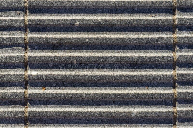 与凹线的花岗岩石头作为肯定footedn的排水设备的天沟 免版税库存照片
