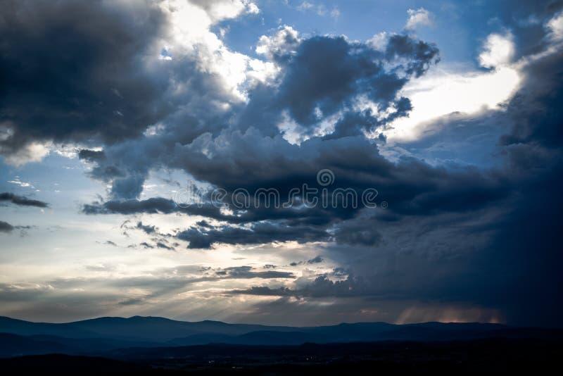 与击穿他们的太阳的美丽的云彩在日落期间 免版税库存照片