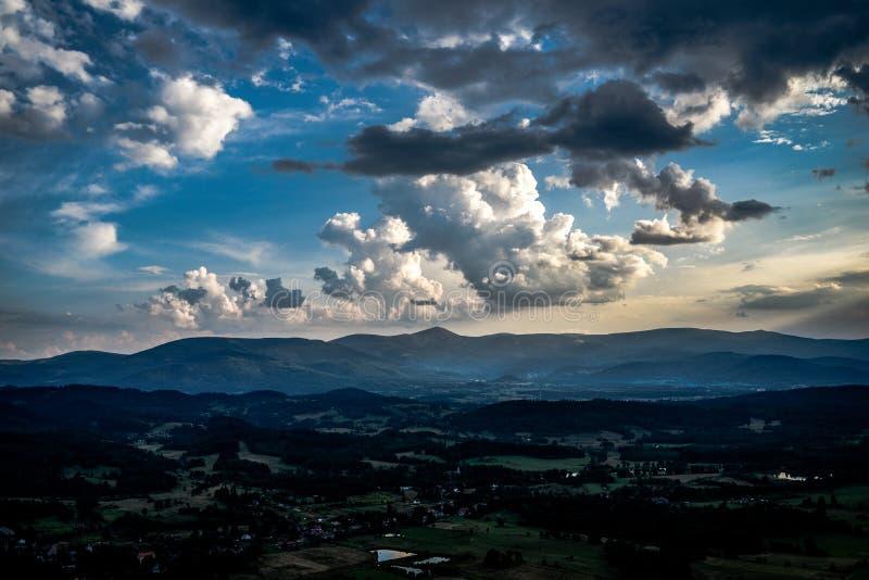 与击穿他们的太阳的美丽的云彩在日落ove期间 库存图片
