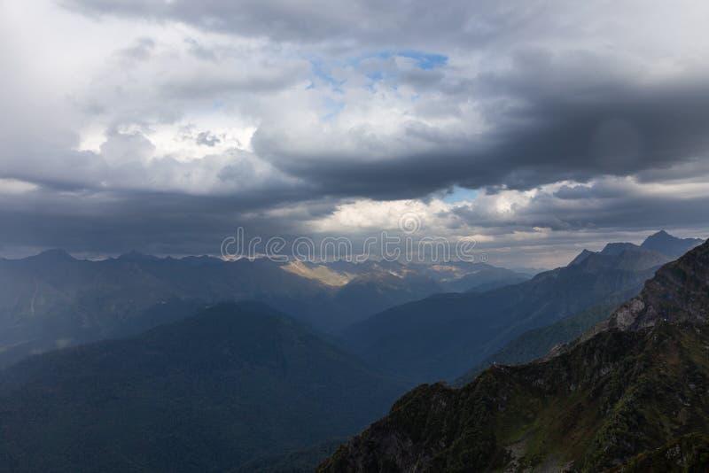 与击穿通过他们的雷雨云和太阳光芒,克拉斯诺达尔地区,俄罗斯的剧烈的天空 库存图片