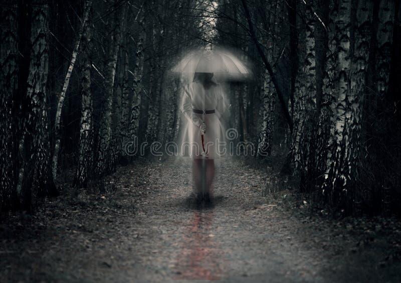 与刀子的可怕妇女鬼魂 免版税库存图片