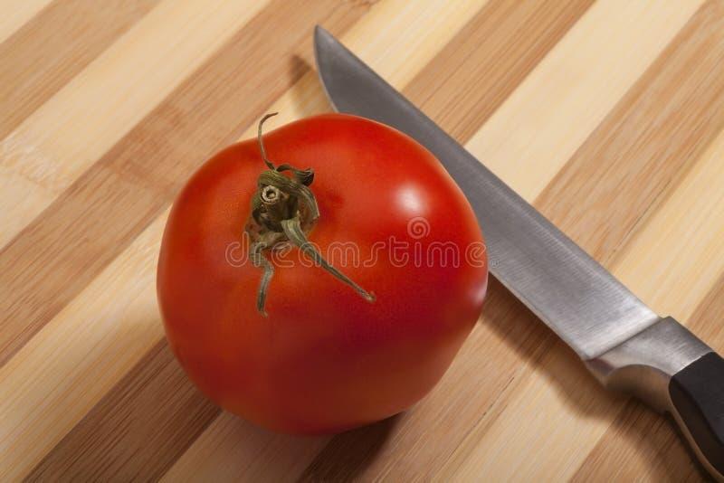 与刀子的蕃茄 库存照片