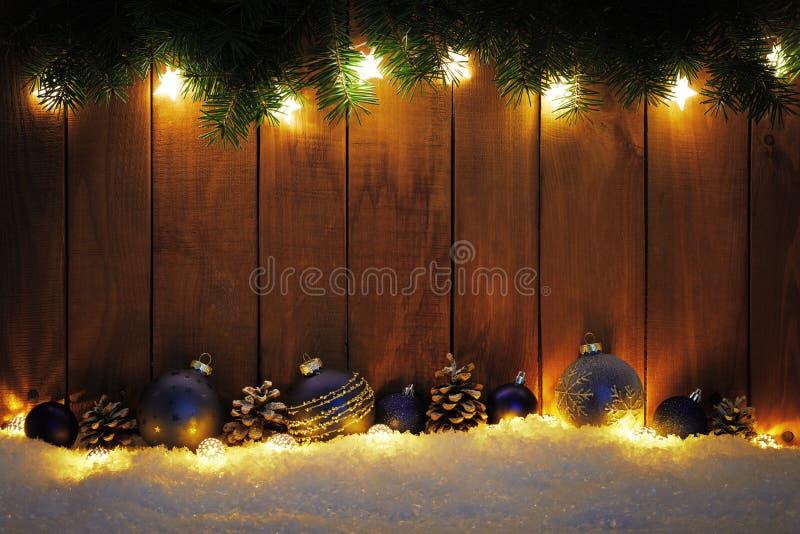 与分支、光和蓝色中看不中用的物品的圣诞节背景 库存图片