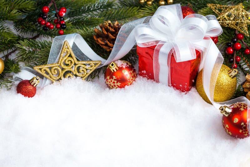 与分支冷杉木和装饰的圣诞节红色礼物 图库摄影