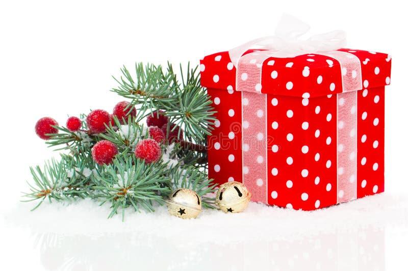 与分行冷杉木的圣诞节红色礼品 免版税库存照片