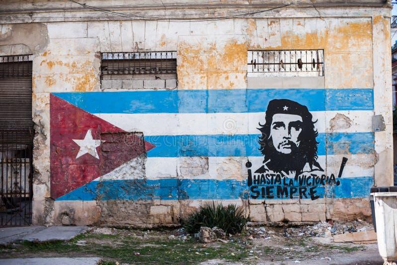 与切・格瓦拉的图象的古巴旗子 免版税库存照片