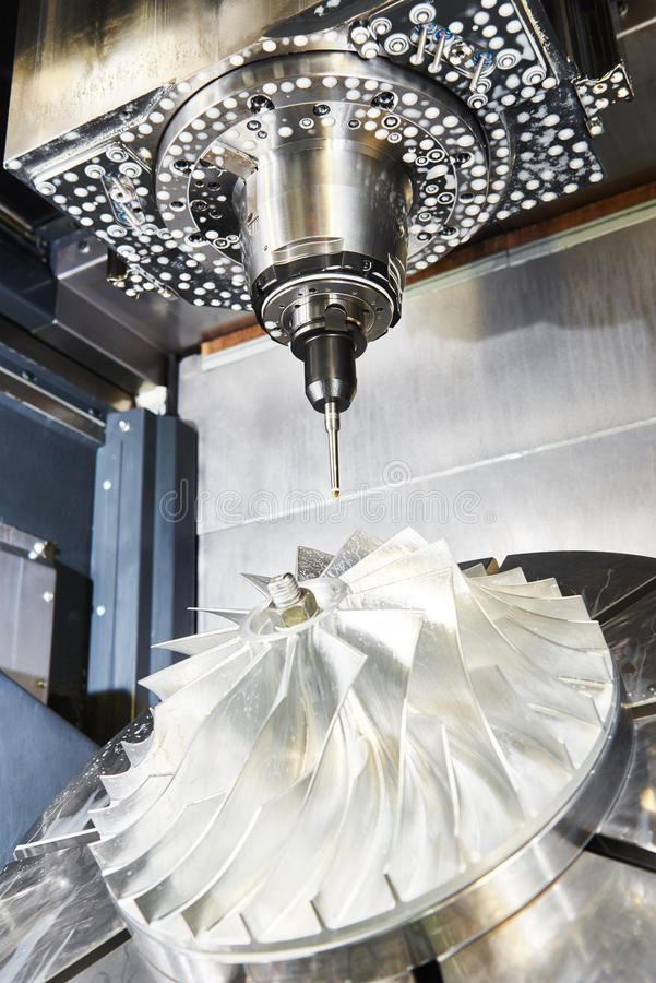 与切削刀工具的Cnc金属运作的机械中心 库存图片