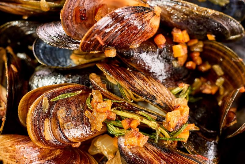 与切好的菜的特写镜头宏指令煮熟的淡菜 库存照片