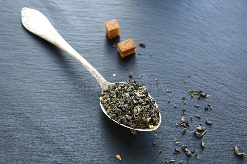 与切片的中国绿茶在委员会的糖 免版税库存图片