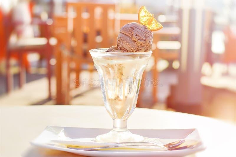 与切片的巧克力和香草冰淇凌橙色果子 免版税库存图片