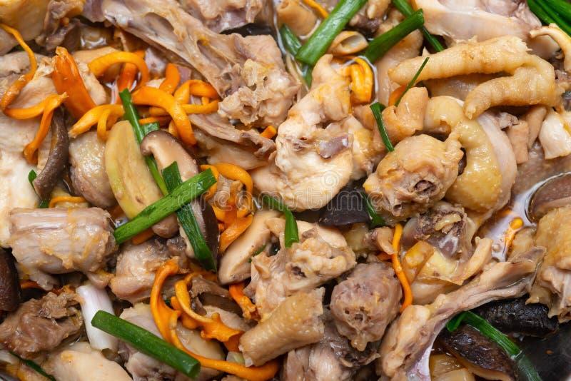 与切片的新鲜的被蒸的鸡蘑菇 免版税库存照片
