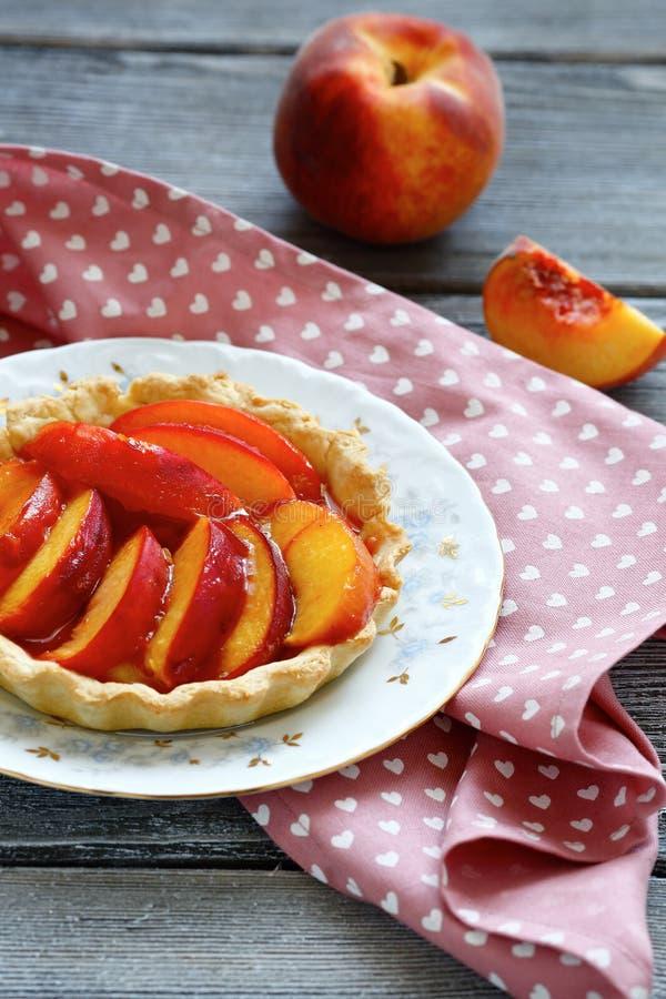 与切片的自创馅饼桃子 免版税库存图片