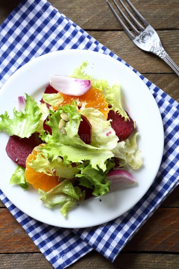 与切片的酥脆沙拉甜菜 库存照片