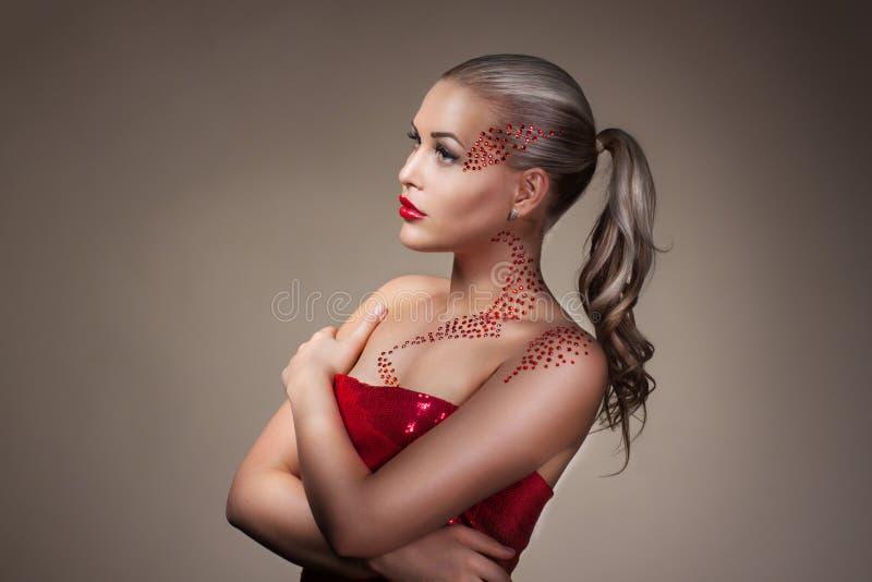 与创造性的构成的时尚白肤金发的式样画象 库存图片